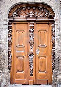 резной деревянный люнет над дверным проемом