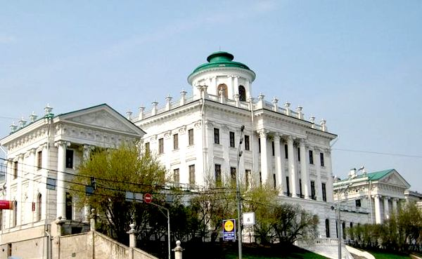 Из бельведера в верхней части Пашкова дома открывается прекрасный вид на Кремль и Мовкву-реку