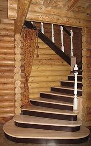 Удобная лестница в загородном доме