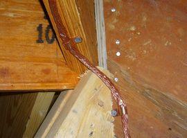 Крепление кабеля токоотвода скобами