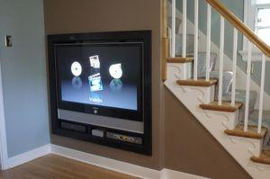 Домашний кинозал под лестницей